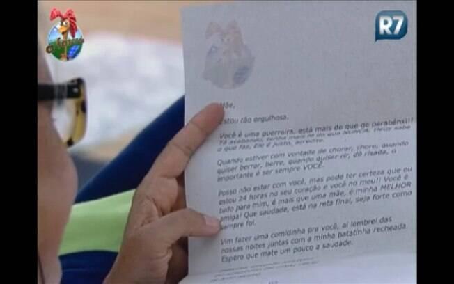 Monique volta a ler a carta enviada pela filha