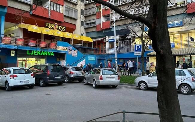 Em Zabreg, imensas filas têm se formado nas farmácias da cidade