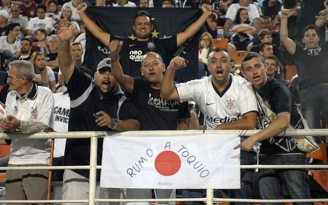 Torcedores do Corinthians fazem festa no  Pacaembu e exibem bandeira do Japão, alusiva ao  Mundial de Clubes