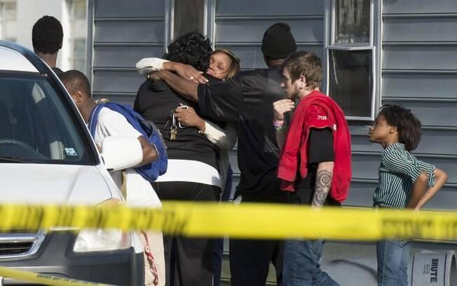 Espectadores se reúnem fora da casa onde a polícia diz que sete crianças e um adulto foram encontrados mortos em Maryland, EUA (6/04)