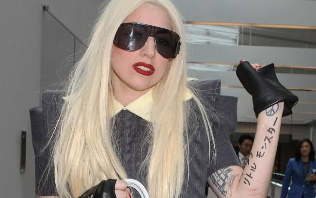 Até no aeroporto Lady Gaga não deixa os looks chamativos de lado, em 2010