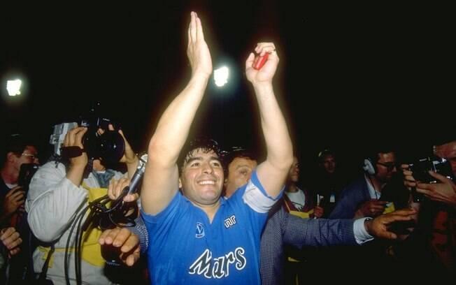 Maradona comemora conquista da Copa da Uefa  de 1989. Ele liderou o Napoli também a dois  títulos italianos e a uma Copa da Itália