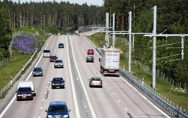 O Reino Unido vem testando vias exclusivas com tecnologia que permite recarregar veículos elétricos automaticamente