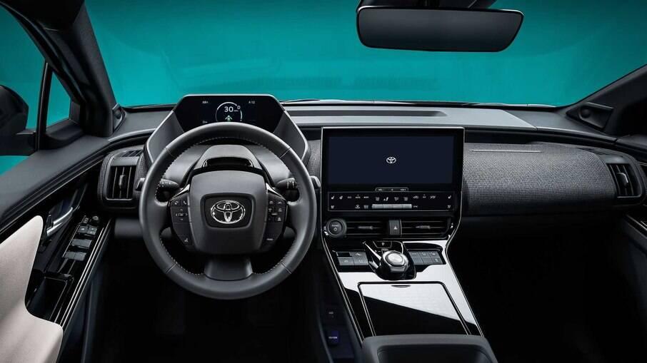 Interior vem com ampla tela do sistema de multimídia e estilo futurista tanto do cluster quanto do volante