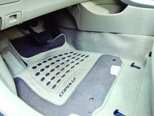 Aceleração involuntária do pedal foi ligada primeiro ao tapete