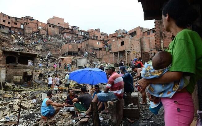 Moradores de Paraisópolis que tiveram as casas destruídas pelo incêndio permanecem nos lotes para evitar ocupações