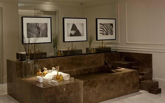 A designer de interiores Patrícia Hagobian planejou o Lounge do Banho, um espaço de 70 m² que reúne trabalhos de brasileiros renomados, como Jader Almeida e Pedro Mendes
