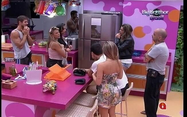 Galera concorda com a ideia de João Carvalho e decide racionar o uso do pó de café