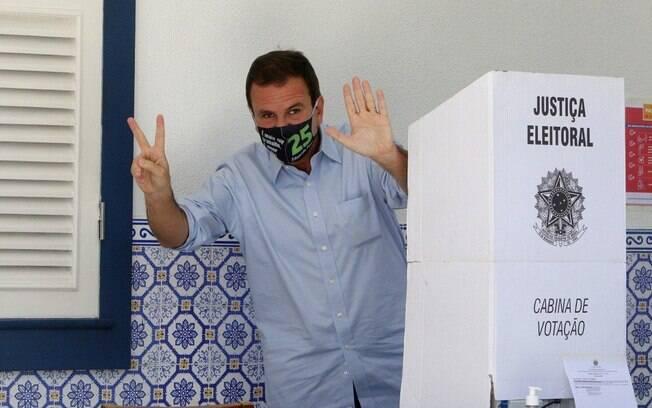Eduardo Paes chegando para votar no Gavea Golf Club, na Gavea, zona sul do Rio