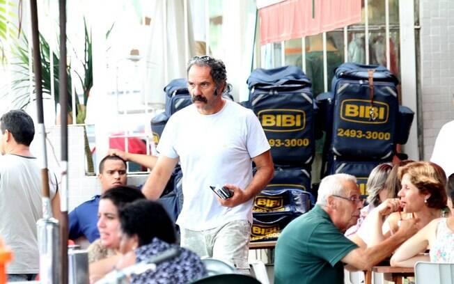 Humberto Martins é fotografado durante almoço em um restaurante na Barra da Tijuca, no Rio: já caracterizado para