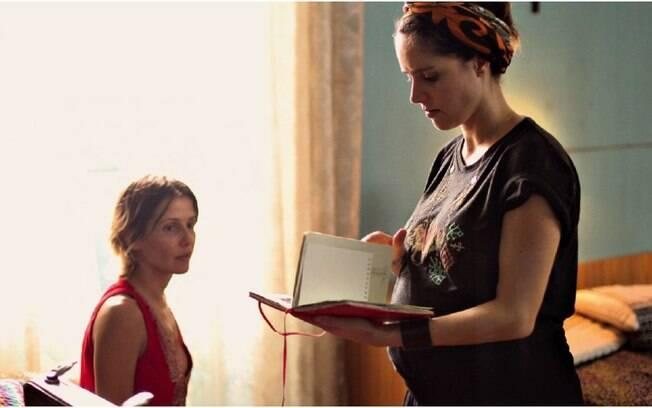 Carolina Jabor, grávida, durante as gravações de seu primeiro longa de ficção,