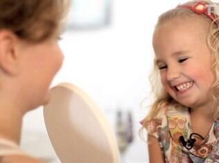 Alice se observa no espelho ao fim da brincadeira: paixão por maquiagem exige negociação com a mãe