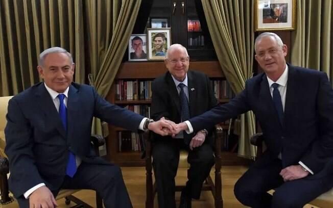 Benjamin Netanyahu e Reuven Rivlin. Ao centro, o presidente Benny Gantz..