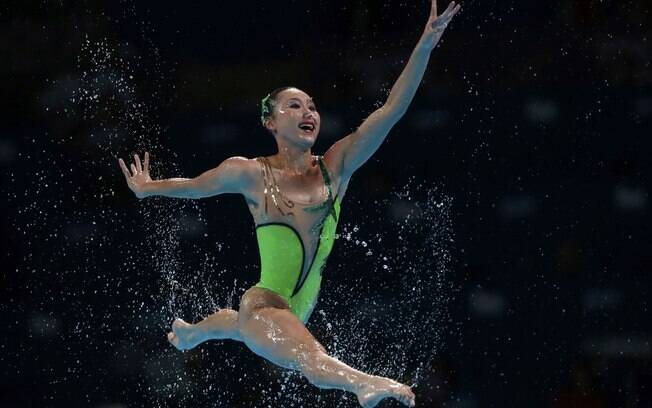 Norte-coreana lembra uma ginasta no salto  durante rotina livre por equipes no Mundial