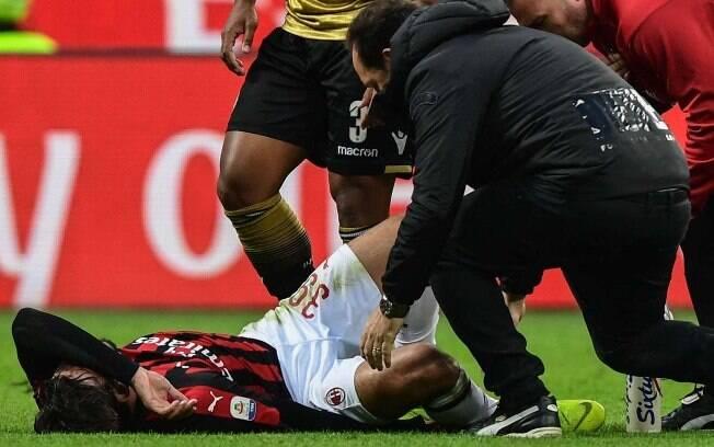 Lucas Paquetá é atendido em campo após sofrer lesão no tornozelo
