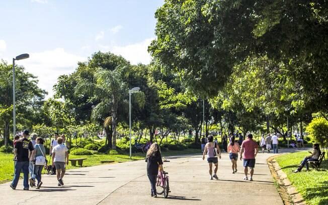 O Parque Villa-Lobos é ótimo para passear, dar uma corrida, andar de bicicleta ou patins e também assistir o pôr do Sol