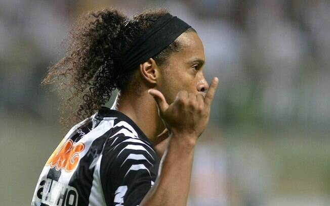 Ronaldinho Gaúcho marcou três gols e deu duas  assistências em goleada do Atlético-MG sobre o  Figueirense