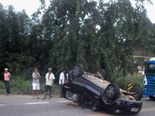 Em Nova Era motorista ficou ferido depois de capotagem
