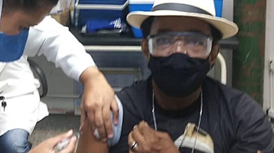 Carlos Dafé é vacinado no Rio