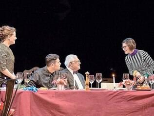 """Família. Antonio e Bruno Fagundes em reunião de família no espetáculo """"Tribos"""""""