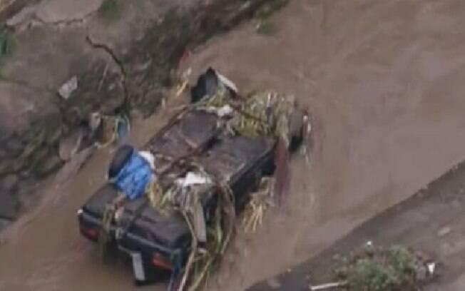 Carro arrastado por enchente na Grande São Paulo, no final da tarde desta sexta-feira