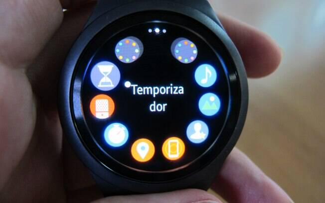 935566a62c2 O relógio exibe um menu com os aplicativos em um círculo ao redor da tela.