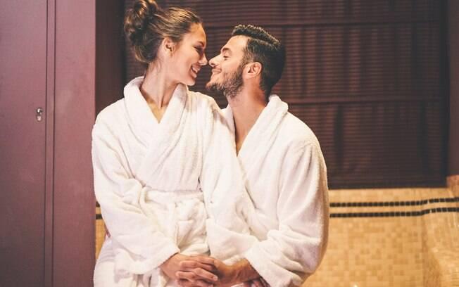 Tomar banho juntos também está entre as dicas da sexóloga sobre como fazer um bom oral