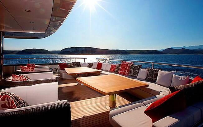 O deck do iate alugado por Simon Cowell tem 200 metros quadrados de área de lazer