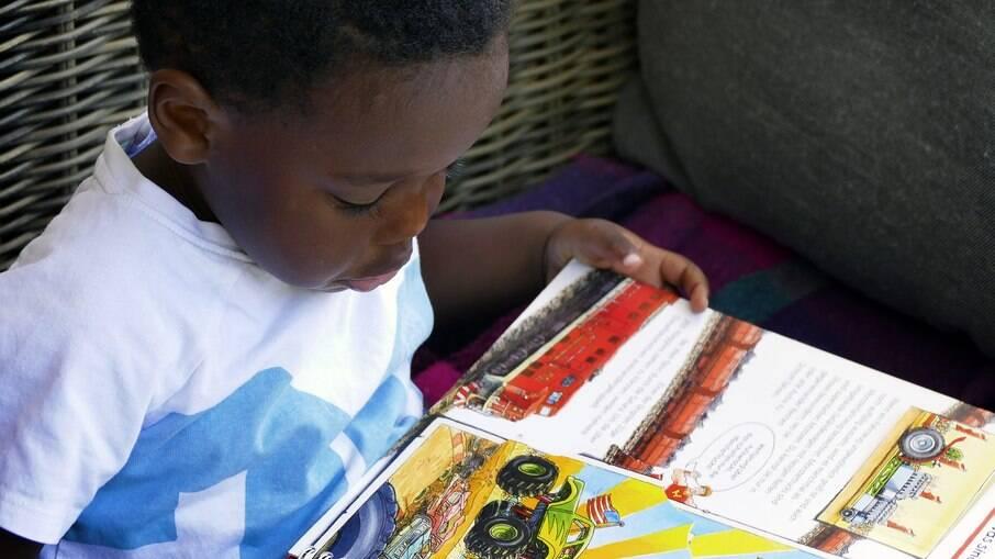 Um bom livro faz com que as crianças se deixem envolver pela magia da leitura