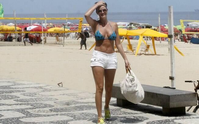 Letícia Birkheuer deixa a praia depois de curtir algumas horinhas de sol