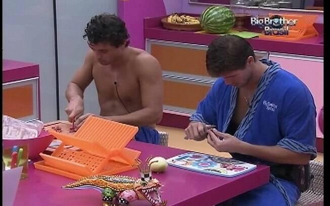 Fael e Jonas conversam com Noemí e Kelly enquanto fazem o almoço