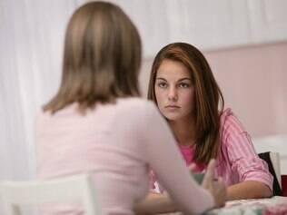 Filhos adolescentes precisam saber que os pais estão por perto, ao mesmo tempo em que ganham espaço