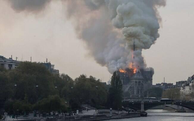 Incêndio atingiu a catedral de Notre-Dame, na França