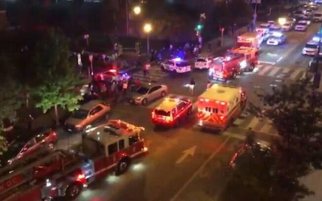 Carros da polícia e bombeiros foram acionados para socorrer vítimas de tiroteio nos EUA