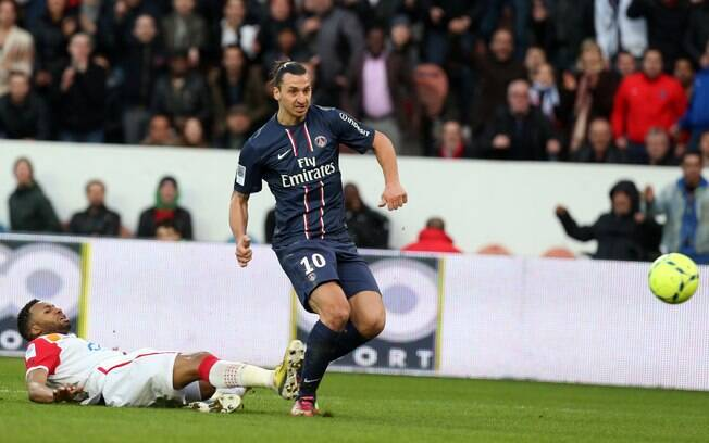 Ibrahimovic se livra da marcação e anota um  dos gols do PSG diante do Nancy