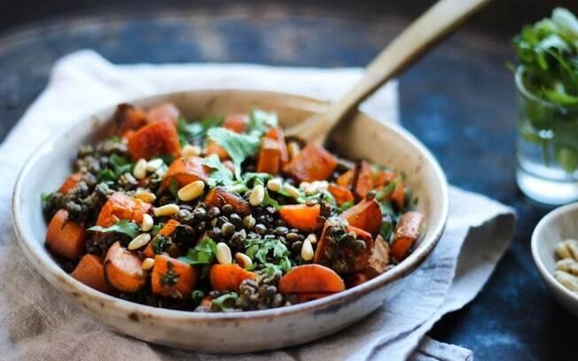 Uma opção mais leve para acompanhar o prato principal, a salada de lentilhas e cenoura assada pode ficar pronta em até uma hora.