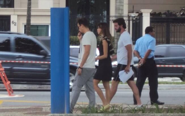 Paulinho Vilhena e Thaila Ayala durante gravação da minissérie