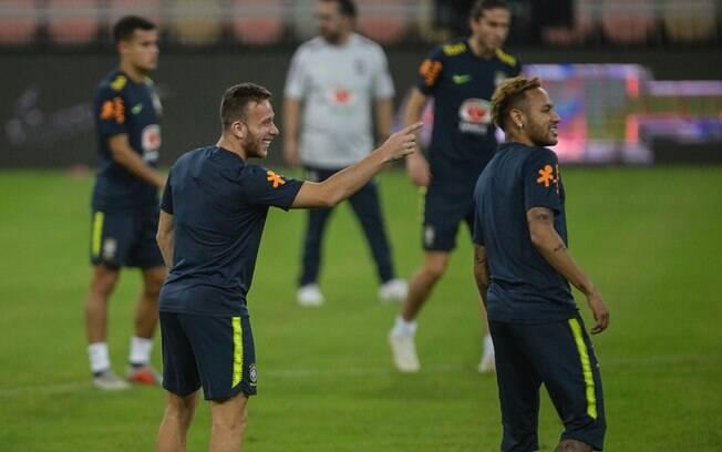 Arthur brinca com Neymar durante treinamento da seleção brasileira