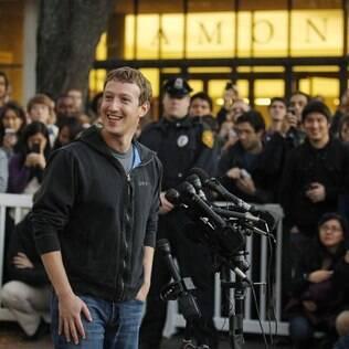 Zuckerberg retorna à Universidade de Harvard, anos depois de criar o Facebook em seu quarto no campus