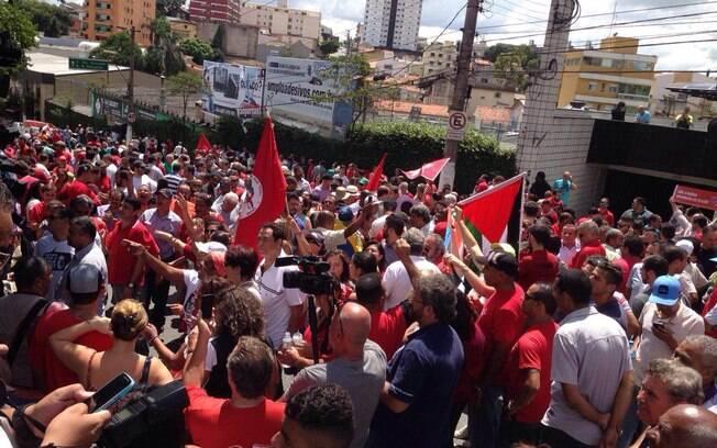 Militantes do PT e sindicalistas fazem vigília em frente à casa de Lula no ABC paulista, no sábado