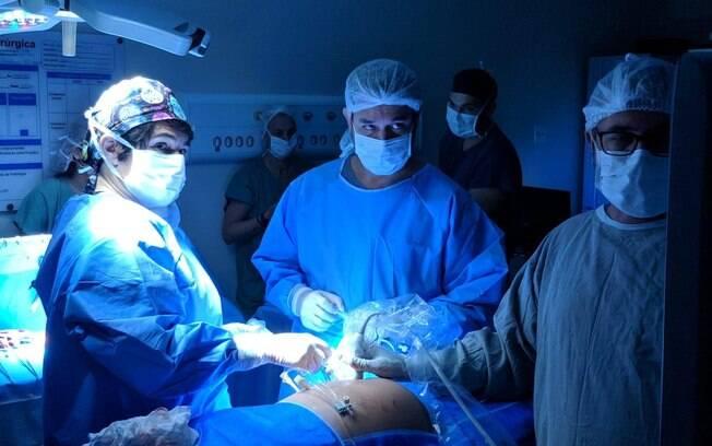 Médicos precisaram de 1h40 para realizar procedimento, que se assemelha a uma laparoscopia, sendo minimamente invasivo