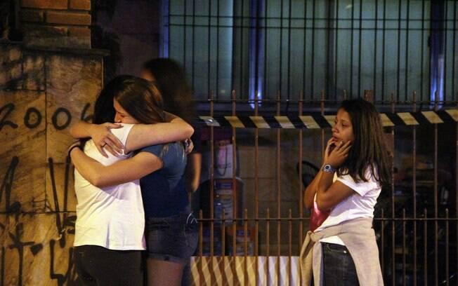 Amigas das adolescentes supostamente mortas pela mãe choram em frente à casa da família no bairro do Butantã