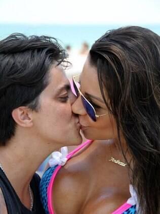 Thammy Miranda e Andressa Ferreira se beijam para a câmera do paparazzo