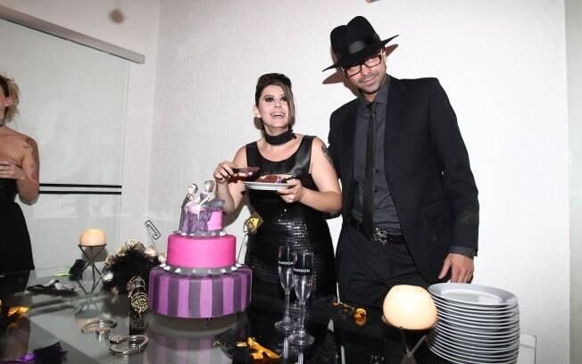 A ex-BBB Mayara corta o provocante bolo de casamento com o marido, Ruy Rufião