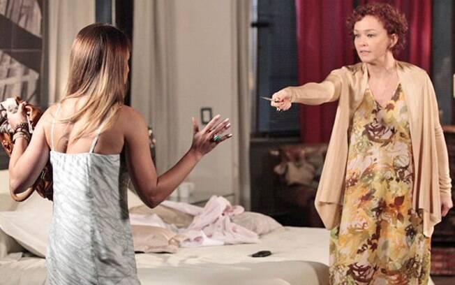 Esther chega a ameaçar Beatriz com uma faca durante a discussão