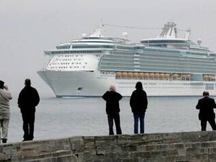 De longe. Pessoas que sofrem desse mal-estar ao navegar, somente observam o zarpar dos navios