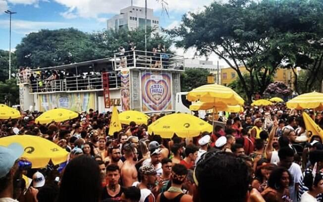 Bloco da Pabllo, antes de ser interrompido pela chuva; cantora saiu molhada do palco