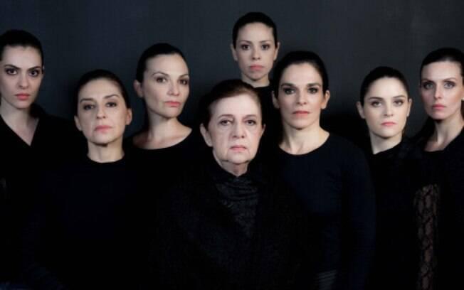 Walderez de Barros (ao centro) com o elenco de 'A Casa de Bernarda Alba'