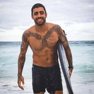 Pedro Scooby com tatuagem do peito exposta