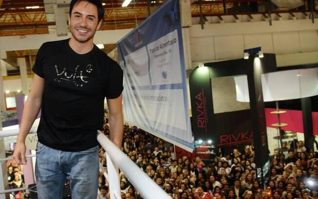 Ricardo Tozzi atrai multidão em evento de beleza, em São Paulo